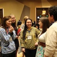 Brielle Thorsen discutant avec des étudiantes lors de la conférence sur le leadership de l'American Indian Science and Engineering Society en Californie en 2020