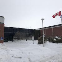 La façade de l'école secondaire.