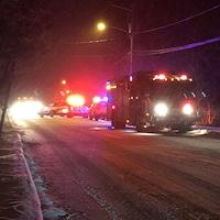 Un camion de pompier la nuit tombée.