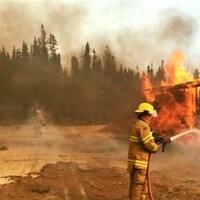 Des pompiers combattant l'énorme feu de forêt qui a ravagé la ville de Fort McMurray en Alberta en mai 2016.