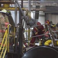 Photo de pompiers au-dessus d'un camion-citerne.