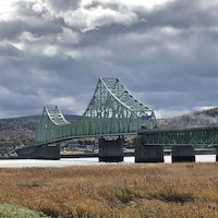 Le pont dans un paysage d'automne.