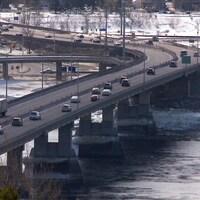 Circulation sur le pont Dubuc à Saguenay