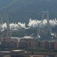 Des explosions se multiplient sur les deux structures du pont Morandi.