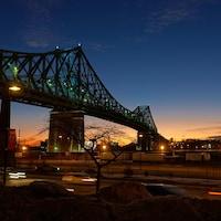 Le pont Jacques-Cartier est illuminé à l'aube.