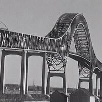 Pont à charpente métallique qui surplombe le fleuve Saint-Laurent.