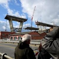Des gens assistent au démantèlement du pont Morandi, à Gênes.