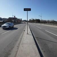 """Affiche sur laquelle est écrit """"Ontario"""" au centre du pont de la capitale nationale."""