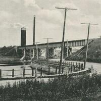 Image en noir et blanc du pont et de la route
