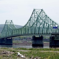 Pont avec le paysage du Nouveau-Brunswick de l'autre côté de la rivière Ristigouche.