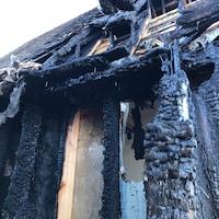 Une structure de bâtiment détruite par le feu