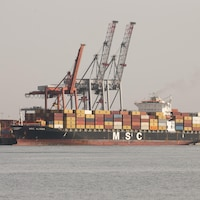 Le navire-cargo MSC Alyssa, chargé de conteneurs, au port de Montréal.