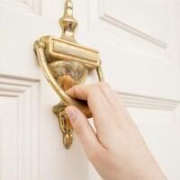Une personne frappe à une porte.
