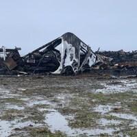 Une usine en ruine après avoir été complètement brûlée