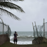 Un homme photographie l'océan avant que l'ouragan Irma ne frappe Porto Rico.