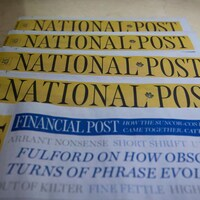 Une pile d'exemplaires d'une édition du National Post.