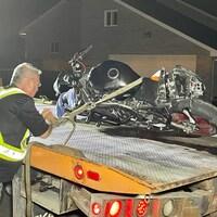 Une motocyclette endommagée est placée sur une dépanneuse.
