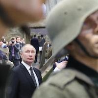 Vladimir Poutine entre deux mannequins portant l'uniforme des soldats de la Deuxième Guerre mondiale.