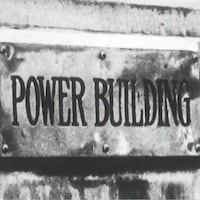 Inscription Power Building sur une plaque de métal.