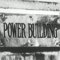 Inscription Power Building sur une plaque de métal.