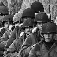 Une file de militaires.