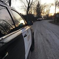 Des véhicules de police sur une route