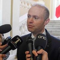Le premier ministre maltais, Joseph Muscat, s'adressant aux médias dans son bureau de Castille, La Valette.