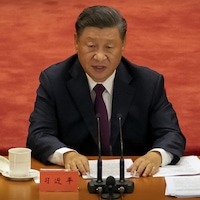 Xi Jinping assis à une table.