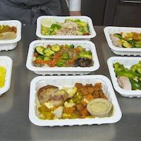 Des plats prêts à manger sur une table.