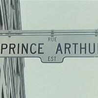 Panneau de signalisation pour la rue Prince-Arthur en direction est.