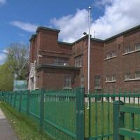 Une pancarte annonçant qu'une ancienne prison est à vendre est bien visible devant le bâtiment en question.