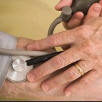 Un patient se fait prendre sa pression.