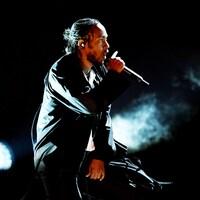 Kendrick Lamar, habillé de noir, en train de chanter lors la cérémonie des prix Grammy 2018.