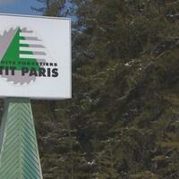 La pancarte indiquant les installations de Produits forestiers Petit-Paris.
