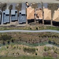 Vue aérienne sur des maisons en construction.
