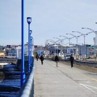 Des gens qui marchent à distance