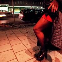 Femme en jupe dans le rue