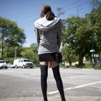 Une jeune prostituée dans une rue.