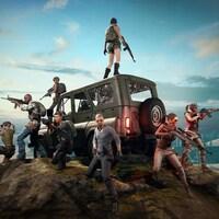 Une capture d'écran du jeu vidéo PlayerUnknown's Battlegrounds montrant 8 personnages pointant diverses armes autour d'eux. Les personnages sont soit autour ou sur un véhicule utilitaire placé au centre de l'image. Ils sont au sommet d'une montagne.