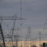 Des pylônes électriques.