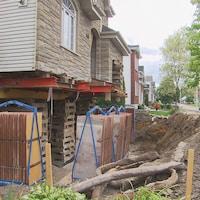 Une maison surélevée dont les fondations sont en train d'être changées