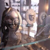Des oeuvres d'art derrière la vitre de la voûte transparente à l'entrée du centre d'art inuit Qaumajuq.