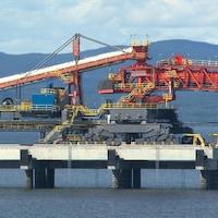 Machine pour le chargement de minéraliers au Port de Sept-Îles.