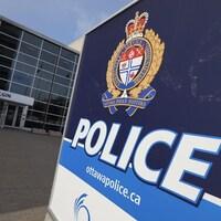 Affiche à l'entrée du poste de police.