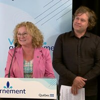 La ministre responsable des Aînés et des Proches aidants Marguerite Blais et le Dr Stéphane Lemire, président de la Fondation AGES, debout, face caméra, lors de l'annonce.