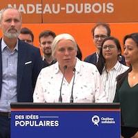 Mme Massé est entourée de Vincent Marissal, candidat dans Rosemont, et de Ruba Ghazal, candidate dans Mercier.