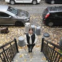 Portrait de Rachel Claude dans un escalier extérieur.