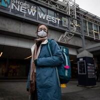 La voyageuse passe devant la station de train urbain de New Westminster.