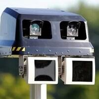 Un radar photographique le long d'une route.