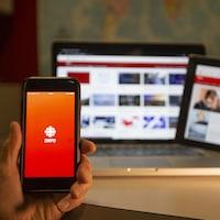 Un téléphone, une tablette et un ordinateur affichent du contenu de Radio-Canada.